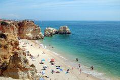 Praia da Rocha A praia da Rocha é uma praia no concelho de Portimão, no Algarve. Esta praia tem uma grande extensão de areal, numa área total de cerca de 146 000 m², ao longo de 1,5 km de costa. #Wikipédia #pontosturísticos #portugal #ficaadica #praiadarocha