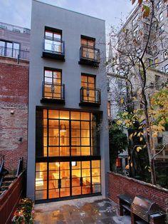 Exterior de una casa de 5 pisos en la ciudad de Nueva York en el Upper East Side