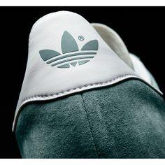 Zapatillas Adidas Originals modelo GAZELLE Verde serraje bandas blancas. Esta versión se ha confeccionado con los mismos materiales, colores, texturas y proporciones que el modelo original. Presenta una parte superior de piel con las 3 bandas