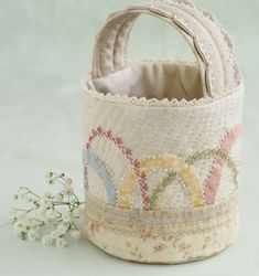 Yoko Saito basket -Pretty by hand Fabric Bags, Fabric Basket, Zipper Pouch Tutorial, Purse Tutorial, Tall Basket, Yoko Saito, Quilted Bag, Patchwork Bags, Japanese Quilts