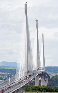 Queensferry Crossing, uus teedevõrk üle Forti suudmeala, vaadatuna South Queensferry'ist, sest lõplikud tööd jätkuvad enne selle avamist Lõuna-Queensferry's, Šotimaal.  Sild on avatud 30. augustil 2017 ja see on Suurim Suurbritannia sild ja pikim kolmekvintine kaabelduse sild maailmas.