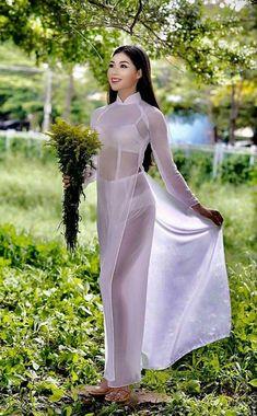 Crochet ideas that you'll love Vietnamese Traditional Dress, Vietnamese Dress, Traditional Dresses, Ao Dai, Beautiful Asian Women, Sexy Asian Girls, Asian Fashion, Asian Woman, Sexy Dresses