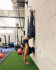 Varley Navy Marble Fitness Gear - perfect for handstands!