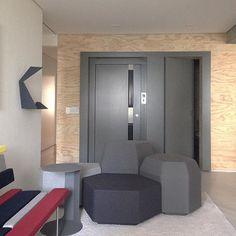 #mulpix Se o seu prédio permite, eliminar o hall social pode ser uma boa opção para aumentar seu espaço. Aqui, o painel cinza emoldura a porta do elevador e a porta do lavabo dando destaque a entrada. Projeto  #sala2arquitetura