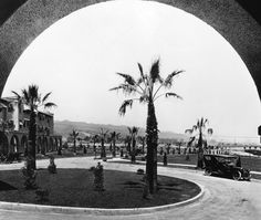 View of the circular driveway in front of the Beverly Hills Hotel in 1918.