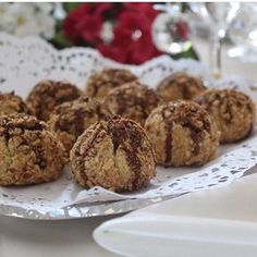 Muhteşem lezzetiyle tarifi tekrar istenen bu kurabiyeler fenomen olduarkadaşlar arasında tam not alan bir kurabiye YEMİŞLİ PEKMEZLİ KURABİYE Malzemeler 250 gr.tereyağı (oda ısısında yumuşamış olmalı) Yarım çay bardağı sıvıyağ Yarım çay bardağı yoğurt 1yumurta sarısı (akı üzerine) 1vanilya 1kabartmatozu 1çay kaşığı karbonat Aldığı kadar un Kurabiyeleri bulamak için bolca çekilmiş fındık Kurabiyeler piştikten sonra üzerlerine pekmez İÇ MALZEMESİ 3 adet elma 5 adet kuru kayısı 3 adet inc...
