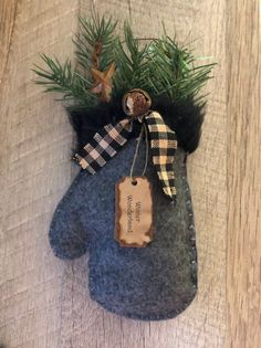 Primitive Winter Mitten Christmas Tree Ornament or Bowl Filler - christmas dekoration Prim Christmas, Diy Christmas Ornaments, Felt Ornaments, Christmas Design, Homemade Christmas, Christmas Projects, Holiday Crafts, Vintage Christmas, Christmas Stockings