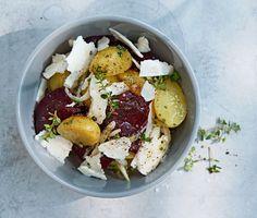 Kall potatissallad �r perfekt f�r b�de en enkel lunch och festlig sommarbuff�. Den h�r varianten �r dessutom stilig p� bordet, med tunt hyvlad r�dbeta och halloumi.