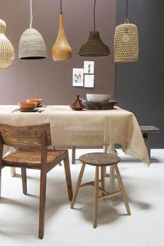 Eetkamer in aardse tinten met hout en rotan in jaren '70 stijl | dining room with earth tones and wood and rotan in 70's style | Bron: vtwonen 13 2015 | Styling Fietje Bruijn | Fotografie Anna de leeuw