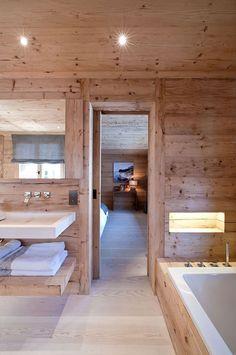 Ne ve všech koupelnách se ovšem objevuje imitační mramorový nátěr. V této koupelně opět hraje prim dřevo, a to i na obložení vany.