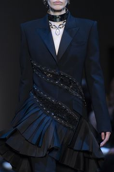 Alexander McQueen Fall 2019 Runway Pictures Alexander McQueen at Paris Fashion Week Fall 2019 - Details Couture Fashion, Runway Fashion, Boho Fashion, Paris Fashion, Fashion Fall, Fashion Top, Fashion 2018, Blazer Fashion, Fashion Outfits