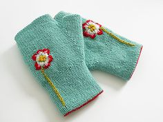 Reversible Fingerless Gloves pattern by Kyoko Nakayoshi. Turn these mitts inside…