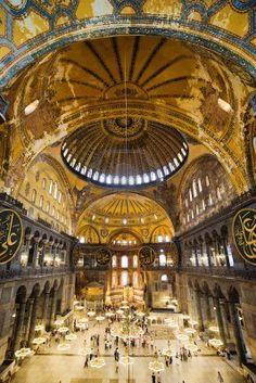 La arquitectura interior de Santa Sofía (también llamada Iglesia de Santa Sofía o Ayasofya), el famoso monumento bizantino y el mundo se preguntan en Estambul, Turquía Foto de archivo