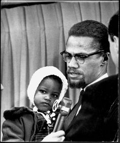 Black leader Malcolm X with his daughter Ilyasah at Kennedy airport, New York. Get premium, high resolution news photos at Getty Images Malcolm X, Black Love, Black Is Beautiful, Black Men, Beyonce Halftime Show, Black Leaders, Civil Rights Leaders, African Tribes, African Diaspora