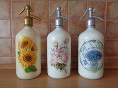 Régi szódás üvegek új külsővel Bottle Art, Bottle Crafts, Decoupage Glass, Soap Dispenser, Diy And Crafts, Scrapbook, Handmade, Home Decor, Bathroom Ornaments