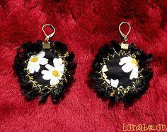 Boucles d'oreille dormeuses rondes réversibles en tissu coton fleuri noir, blanc et jaune et tissu satiné jaune d'or. Made by Lunabellune