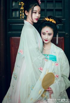É nesse colo que quero morar. It's in this lap that I want to live. Hanfu, Traditional Dresses, Traditional Art, Shanghai Girls, Chinese Drawings, Geisha Art, World Most Beautiful Woman, Ancient Beauty, Chinese Clothing
