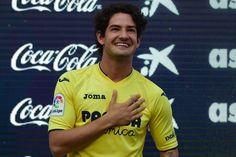"Villarreal's new signing Brazilian Alexandre Rodrigues da Silva ""Pato"" poses with his new jersey during his Official presentation at Ermita de la…"