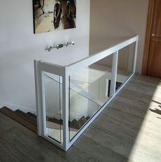 Glass railing / wooden / glass panel / indoor Créateur d'escaliers Treppenm Sta… Glass Bannister, Glass Stairs, Glass Railing, Banisters, White Staircase, Modern Staircase, Staircase Design, Home Room Design, Home Office Design