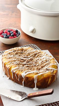 Your house will fill with the aromas of cinnamon and butter as this almost-from-scratch coffee cake cooks away in your slow cooker. If preferred, cup chopped toasted walnuts or pecans can be mixed into the topping mixture.I use a Gluten free cake mix. Slow Cooker Desserts, Slow Cooker Cake, Slow Cooker Breakfast, Breakfast Crockpot Recipes, Crock Pot Desserts, Crock Pot Slow Cooker, Crock Pot Cooking, Cooking Recipes, Breakfast Casserole