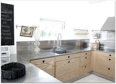 Definietly not with SS, but dark galvenized or raw steel backsplash. Kitchen with stainless steel countertops Stainless Steel Countertops, New Countertops, Stainless Steel Kitchen, Kitchen Benches, Diy Kitchen, Kitchen Countertop Organization, Kitchen Worktop, Up House, Interior Design Living Room