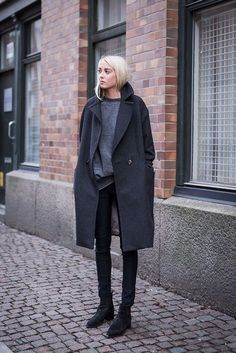 Minimal look. Oversized coat covered over jeans, sweat and ankle boots.