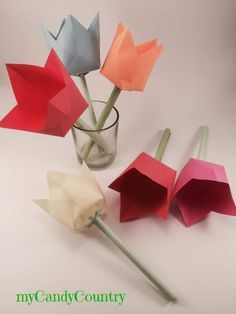 Semplici tulipani di carta origami - Tutorial carta e cartone creatività Primavera fai da te Place Cards, Place Card Holders, Diy, Party, Spring, Meet, Paper Flowers, Bricolage, Do It Yourself