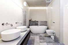 Prostorná koupelna s vanou i sprchovým koutem je velmi praktická pro ranní očistu i dostatečně příjemná pro večerní relaxaci