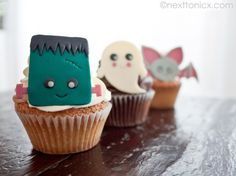 Kawaii Halloween cupcakes: Tutorial to make them out of white chocolate, or free printable downloads of the designs you can use as cupcake toppers | Next to Nicx