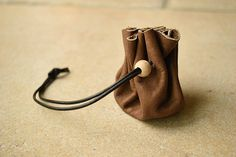 Tuto bourse en cuir - Apprendre le travail du cuir facilement Costumes Kids, Leather Pouch, Bucket Bag, Packaging, Simple, Gifts, Clothes Crafts, Leather Working, Leather Satchel