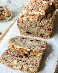 Cranberry-Noten Cake - Bananenbrood, ik ben er gek op!Deze lekkere gezonde snack is altijd handig om in huis te hebben, makkelijk voor onderweg of lekker bij de koffie!Ik bak elke week wel een nieuwe voorraad en het li…