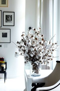 If you look at photos of how Valentino or the late Hubert de Givenchy entertained, you always see perfect tables with linens and crystal, and then simple, simple flowers. The key is that it's not overdone, so the details really stand out to create impact. Interior Styling, Interior Decorating, Cotton Bouquet, Cotton Decor, Cotton Plant, Decoration Plante, Fall Decor, Holiday Decor, Deco Floral