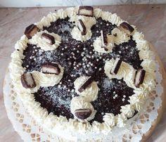 Bounty torta – avagy hogyan tudsz egy kis egzotikumot csalni a hétköznapokba? Egy kókuszos csokoládétmajszolvaezt könnyedén megteheted. Szeretnéd ezt a csodálatos ízélményt alkalmiöltözetbebújtatni? Készítsd el a méltán népszerű Bounty csoki ihlette fenséges Bounty tortát.  A Bounty torta különleges, nagyon csokis és nagyon kókuszos, bár igen kalóriagazdag, de nagyon-nagyon csábító. A torta csokis piskótája, lágy […] Sweet Recipes, Tiramisu, Cookie Recipes, Recipies, Goodies, Food And Drink, Birthday Cake, Cupcakes, Sweets