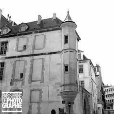 Paris VIème arr.. L'ancien collège Danville, maison à tourelle d'angle (classée monument historique), 21, rue Hautefeuille, à l'angle de la rue Pierre-Sarrazin.