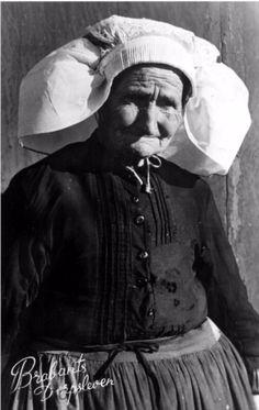 Best - Boerin M. van de Sande, bijgenaamd Mie van Graarten of Mie de bijlegger. Zij was baakster en woonde op Aarle, 1934