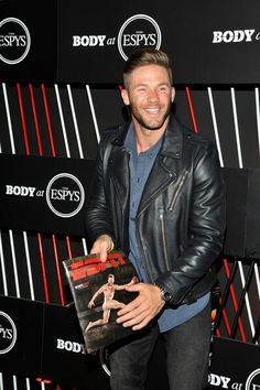He has the most gorgeous smile, so in love with Julian Edelman lol Hot Rugby Players, Nfl Football Players, Football Memes, New England Patriots Merchandise, New England Patriots Football, Patriots Julian Edelman, Athletic Men, Sharp Dressed Man, Attractive Men