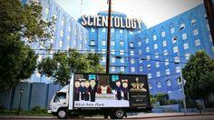 В рамках продвижения двадцатого сезона мультсериала «Южный парк», стартовавшего 14 сентября на канале Comedy Central, авторы шоу расставили более десятка грузовиков с рекламными щитами в местах, непосредственно связанных с сюжетом шоу. Об этом сообщает The Hollywood Reporter.