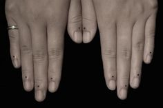 Finger Dotwork Tattoo von Black Ink Power