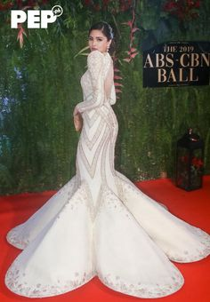 The ABS-CBN Ball takes Pinoy Pride to a new level with Filipiniana as the night's theme. Here are the A-listers who proudly flaunted fresh takes on Pinoy fashion Miss Universe Gowns, Kylie Padilla, Kylie Verzosa, Liz Uy, Filipiniana Dress, Filipina Actress, Filipino Fashion, Low Bun Hairstyles, Liza Soberano