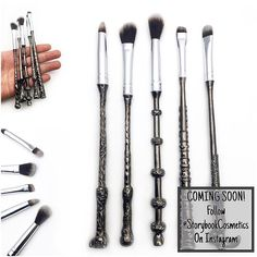 This Metal Wand Magic Brush Set is perfect for working your magic on your face. Inspired by the Harry Potter series this makeup brush set.Get the magically look with these brushes! Makes the perfect gift for every potter head. Hurry, before it is gone! Wand Makeup Brushes, Makeup Brush Set, Makeup Tools, Eyeshadow Brushes, Makeup Sets, Makeup Tutorials, Objet Harry Potter, Harry Potter Wizard, Harry Potter Brushes