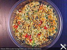 Couscous-Salat Rezept Rezept mit couscous, Wasser, Möhre, Olivenöl, Zitronensaft, Salz, Pfeffer, Koriander, Kreuzkümmel, Schlangengurke, Parikaschote, Frühlingszwiebelgrün, Knoblaucknolle, Kirschtomate, Pinienkerne, Minze, Oliven, Quinoa