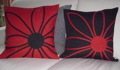 https://flic.kr/p/pTSp38 | Kissen-Duo | Dieses Kissen-Duo in rot und schwarz hat sich meine Freundin Ingrid gewünscht :)))) Die Blütenkissen sind wirklich beliebt und mindestens 2 darf ich noch nähen ;))) , die machen aber auch echt Spaß !