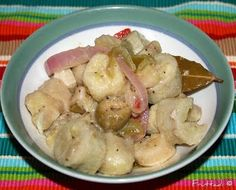 My mother-in-law's Guineos En Escabeche (pronounced es-kah-BECH-ay) recipe. It's a very authentic Puerto Rican dish. Guineos is Spanish for green bananas and the Escabeche is basically an acidic marinade which is onions marinated in vinegar. Puerto Rican Dishes, Puerto Rican Cuisine, Puerto Rican Recipes, Cuban Recipes, Spanish Recipes, Burger Recipes, Dinner Recipes, Comida Boricua, Boricua Recipes