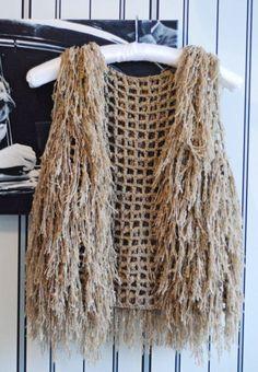 This vest looks fun Gilet Crochet, Crochet Jumper, Knit Crochet, Crochet Flower Patterns, Knitting Patterns, Newborn Crochet, Knit Mittens, Beautiful Crochet, Crochet Clothes