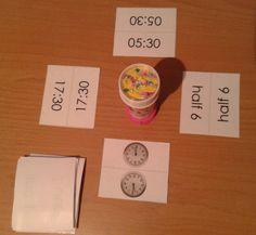 De analoge en digitale tijden oefenen met jungle speed. Wanneer jouw tijd overéén komt met een tijd op een ander kaartje ( dat mag analoog of digitaal zijn) dan moet je proberen het torentje of knuppeltje in het midden zo snel mogelijk te pakken.