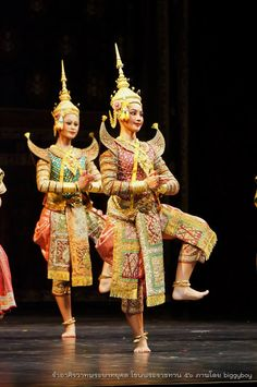 Thai dancers in national costume. Traditional Thai Clothing, Traditional Fashion, Traditional Dresses, Traditional Art, Vietnam Costume, Mask Dance, Bali, Thai Massage, Thai Art