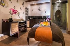 Spa à Tignes, centre de bien-être à la montagne. Salle de soins design avec table de massage et douche en pierre.