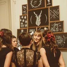 """Sono molto orgogliosa del """"chalkboard Tree"""" ideato e realizzato dalle mie allieve dell'ultimo #WeddingLab. Ognuna di loro ha realizzato una scritta ed insieme hanno creato l'installazione per il #ChristmasGALA. Mi rende felice condividere i nostri processi creativi durante l'Academy e vedere realizzato il lavoro di tanti piccoli grandi talenti. Bravissime!!! #elisamoccieventsacademy #creativity #chalkboardsign #weddingdesign #luxuryweddings #weddingplanneracademy"""