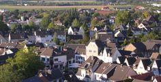 """Rheinbach (Nordrhein-Westfalen): Rheinbach ist eine Stadt im Rhein-Sieg-Kreis in Nordrhein-Westfalen 17 km südwestlich der Bonner Innenstadt. Rheinbach besitzt den Sonderstatus """"Mittlere kreisangehörige Stadt""""."""