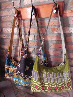 Bolsa transversal em tecido africano, padrões exclusivos da Belecar. Bolsa leve e falsa pequena...
